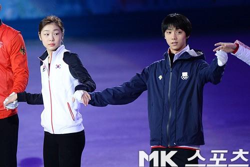 羽生結弦、キム・ヨナの手を握って光栄の表情…韓国ネチズンの反応