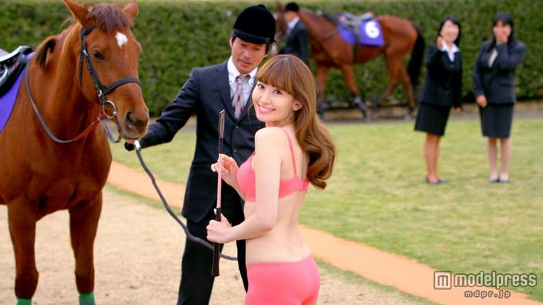 小嶋陽菜、ランジェリー姿で美バスト披露!服を脱ぎ捨てる
