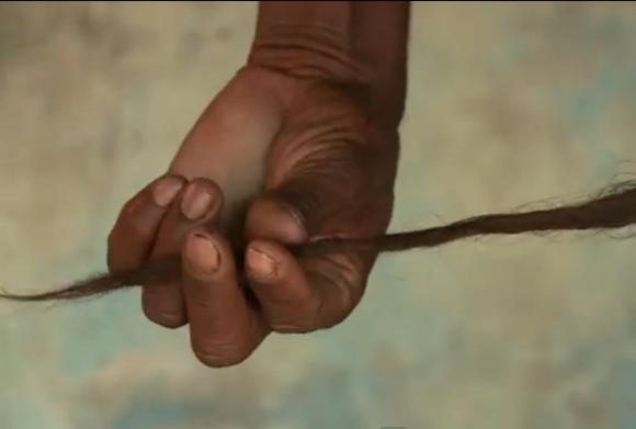 【閲覧注意?】37センチの尻尾を持ち「生きた神」と崇められているインド人男性が話題 。しかし彼の妻は「尻尾に不満」