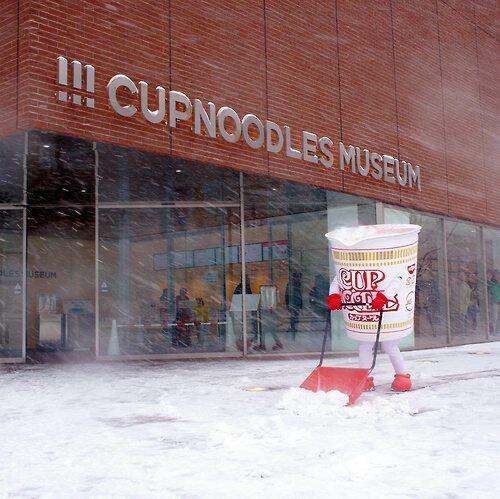 カップヌードルが雪かきする姿が激写される