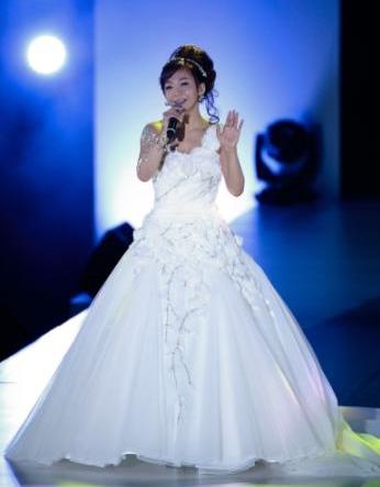 華原朋美、純白ドレスに結婚初めて意識