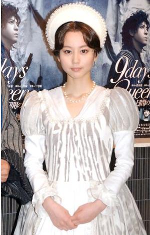 堀北真希、純白ドレス姿で報道陣魅了 上川隆也もメロメロ