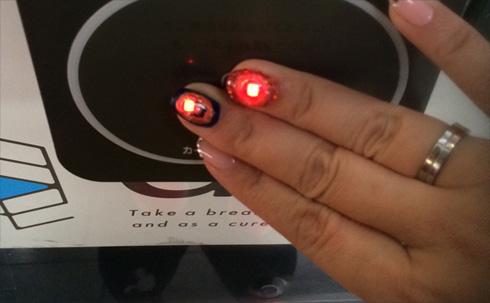 そこ電子化すんの的「スマートネイル」誕生!電子マネー支払い時に爪がピカッ!