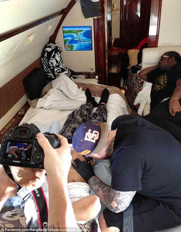 ジャスティン・ビーバー、大揺れの機内でタトゥーを彫る。施術者は冷や汗。