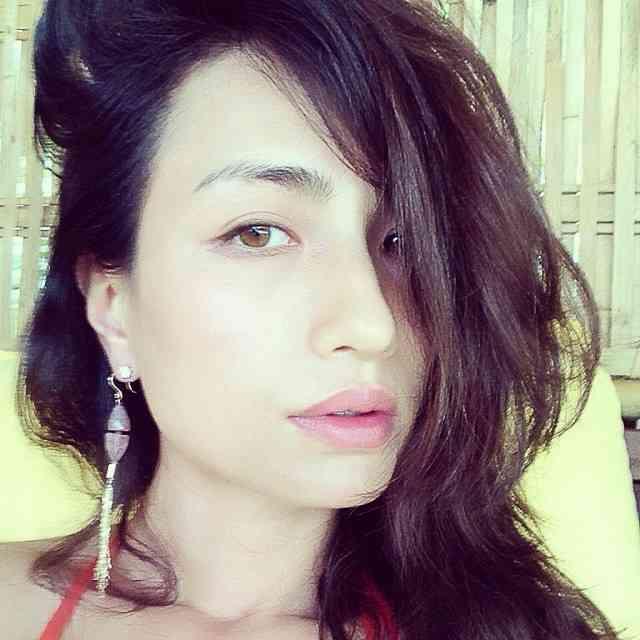 髪をサイドに流している色っぽい表情をした佐田真由美の画像