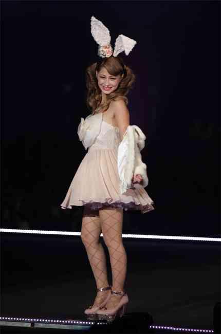 ダレノガレ明美、私服を公開も「体型がモデルじゃない」「脚が短い」の声…