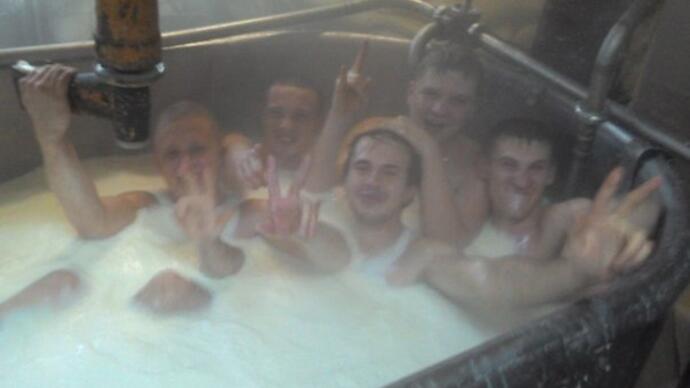 ロシアのチーズ工場の従業員たちが「ミルク風呂」してる写真がSNSに公開され炎上
