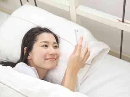 スマートフォンを寝床に持ち込む人はどのくらい? 調査結果