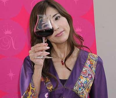 ワインを見つめる川島なお美。