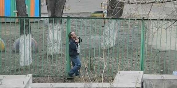 そんなオチありかよ! 信じられない方法で窮地を脱出した男性の動画が話題