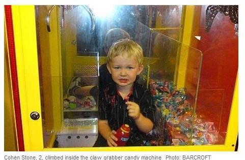 米3歳児が一時行方不明、クレーンゲーム機の中から発見される