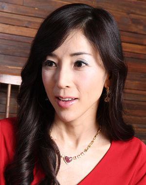 赤いトップスの川島なお美。
