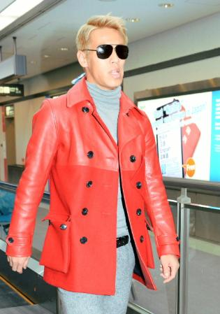 サッカー本田圭佑、黄色いジャケットで帰国!羽田空港大パニック