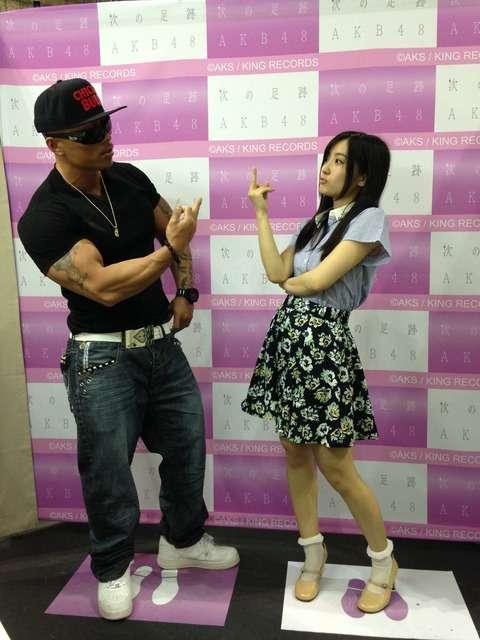 SKE48古川愛李、ファンと一緒に中指を立てる写メを撮影→批判殺到し謝罪する事態に