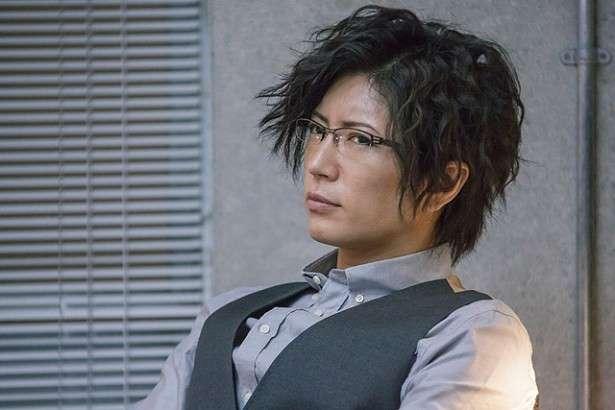 眼鏡姿のミステリアスな先生風。
