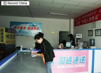 【中国】ネットで購入した娘の靴が入っていた箱に毒薬が染み込んでいて、開封した父親が死亡…