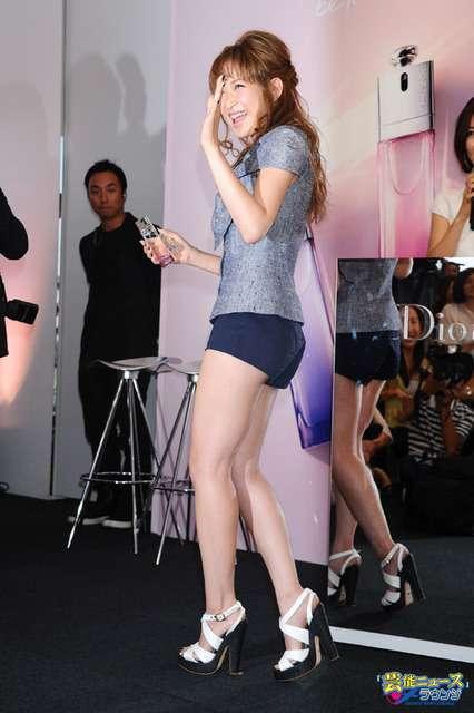 紗栄子 へそ出しショット公開、見事なくびれに絶賛多数
