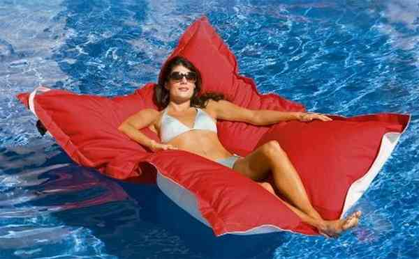 水上で優雅なリラックスタイムを過ごせる、プール用クッション