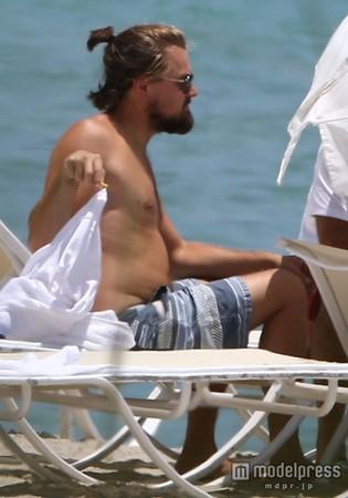レオナルド・ディカプリオ、ビーチで貫禄のお腹を披露
