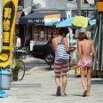 悪化する海水浴場のマナー 生着替え、過度な接触行為に盗撮