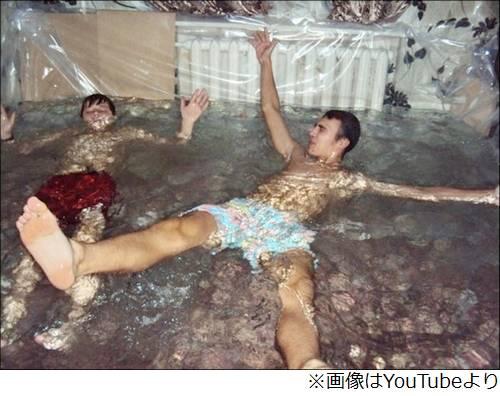 部屋をプールにした若者が炎上、水着姿で楽しむ写真をSNSに投稿・拡散。