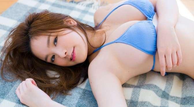 横たわる筧美和子。
