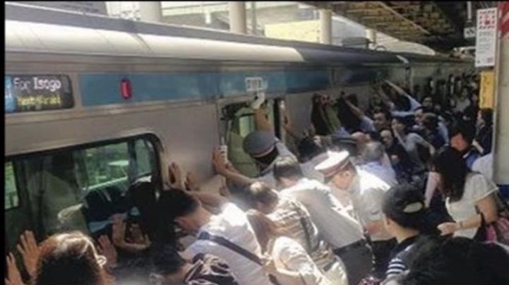 【オーストラリア】電車とホームの間に挟まれた男性を一致団結して救出!!