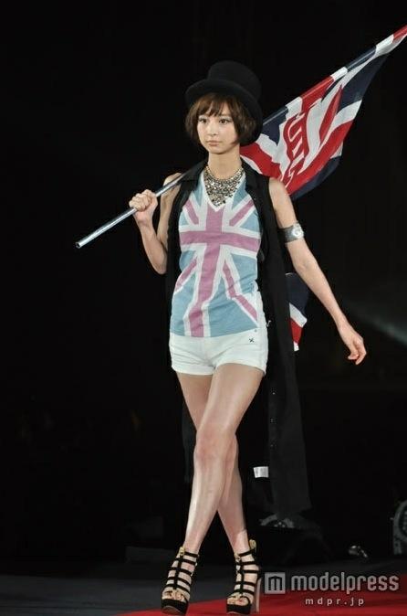 篠田麻里子、まさか服着てない!?胸元あらわなセクシーショットを披露