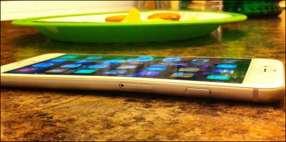 iPhone 6 Plusがポケット内で曲がってしまった事例が続々、手でも簡単に曲げられる模様
