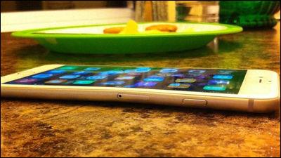 iPhone 6 Plusがポケット内で曲がってしまった事例が続々、手でも簡単に曲げられる模様 - GIGAZINE