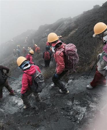 【御嶽山噴火】「もう生きて帰れないと思った…」 空から軽トラック大の石 噴火時、頂上に約50人+(1/4ページ) - MSN産経ニュース