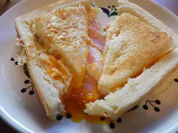 【所要時間5分】Twitterで話題の「卵とパンを使ったお手軽朝食」を作ってみた! 簡単なのにめちゃウマすぎて笑った! | Pouch[ポーチ]