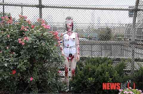 血まみれ慰安婦マネキン12体が米国ユニオンシティのリバティープラザのあちこちに設置 アメリカもキチガイ国家と確定 : 厳選!韓国情報