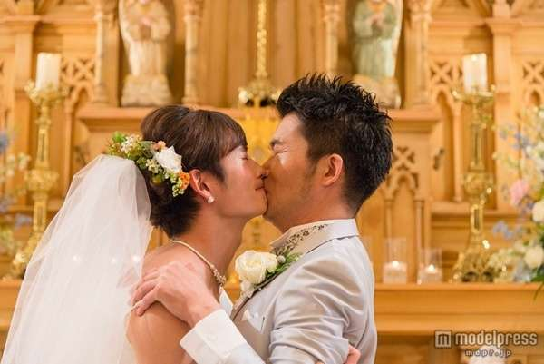 岡田将生、ウエディングドレスで男性とキス - モデルプレス