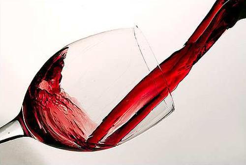 会社の同僚と口論、ワインかけられ殴る…重体
