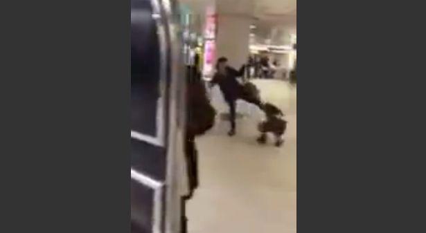 【閲覧注意】駅で子供に蹴りなど暴行を加える母親の動画がひどすぎる…