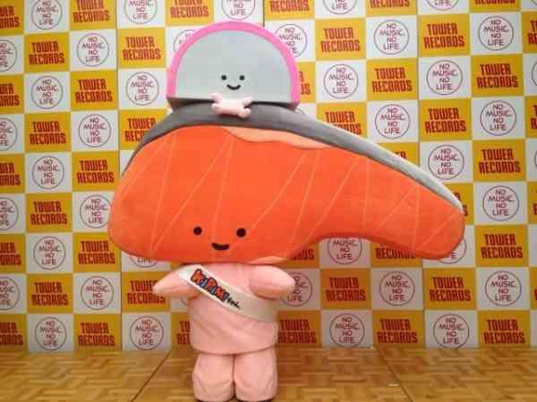 サンリオのしゃけの切り身のキャラクター「KIRIMIちゃん.」、タワレコ渋谷で身を揺らす - モデルプレス