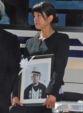 上原多香子、夫・TENNさんの遺影抱え涙「心の中にいつまでも…」   ニュース-ORICON STYLE-