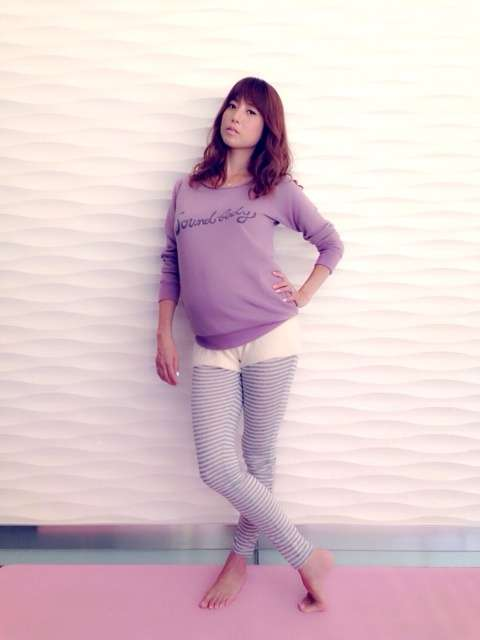 妊娠8ヶ月のhitomi、ふっくらお腹で美脚披露 スタイルキープや美容を語る