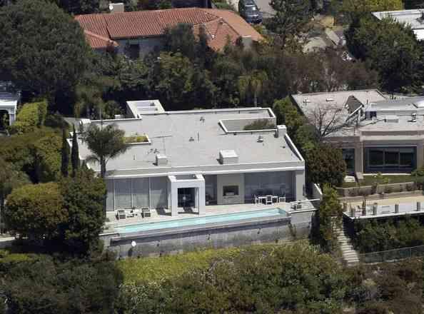 キアヌ・リーブス邸に、またしても女が侵入。全裸でプールで泳ぐ大胆さ