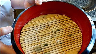 丸亀製麺でざるうどんの竹すだれ部分の裏側がカビだらけだったことが発覚、公式に謝罪 - GIGAZINE