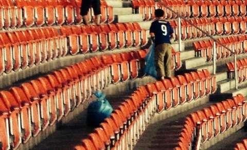 サッカーW杯での日本サポーターのゴミ拾い「マナー違反」「掃除人の仕事を奪った」?ネットで議論