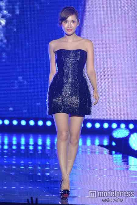 紗栄子、ミニドレスで輝くデコルテ&美脚披露!「東京ランウェイ」初登場でトップバッター