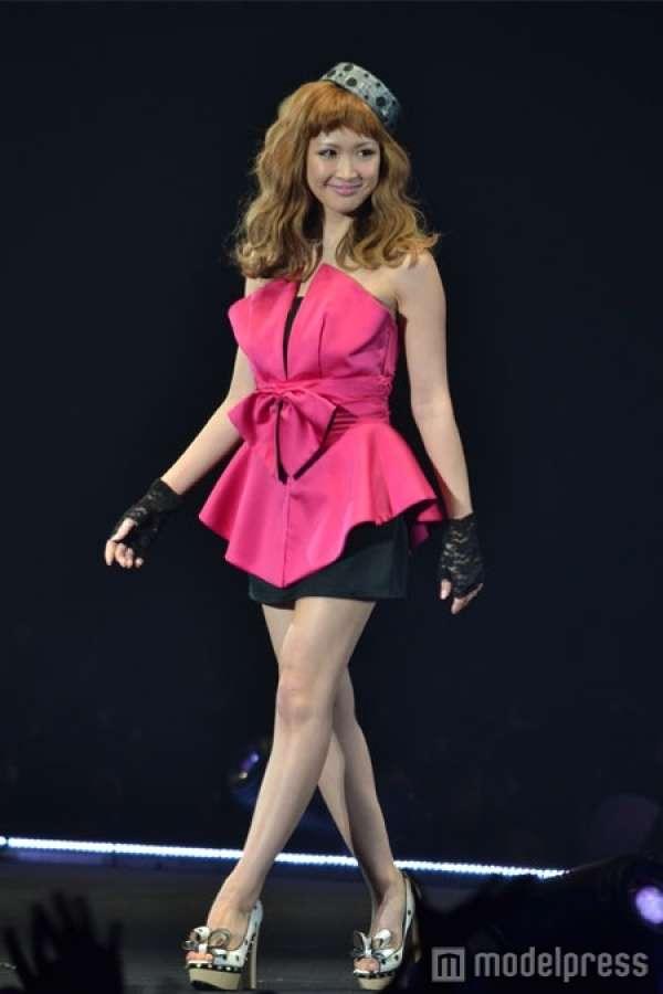 紗栄子、新ブランド発表 ピンクのベアワンピでSEXYランウェイ の写真 - モデルプレス