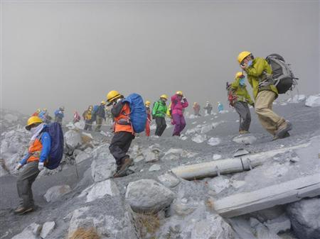 御嶽山の頂上付近で、心肺停止状態の登山者を複数確認