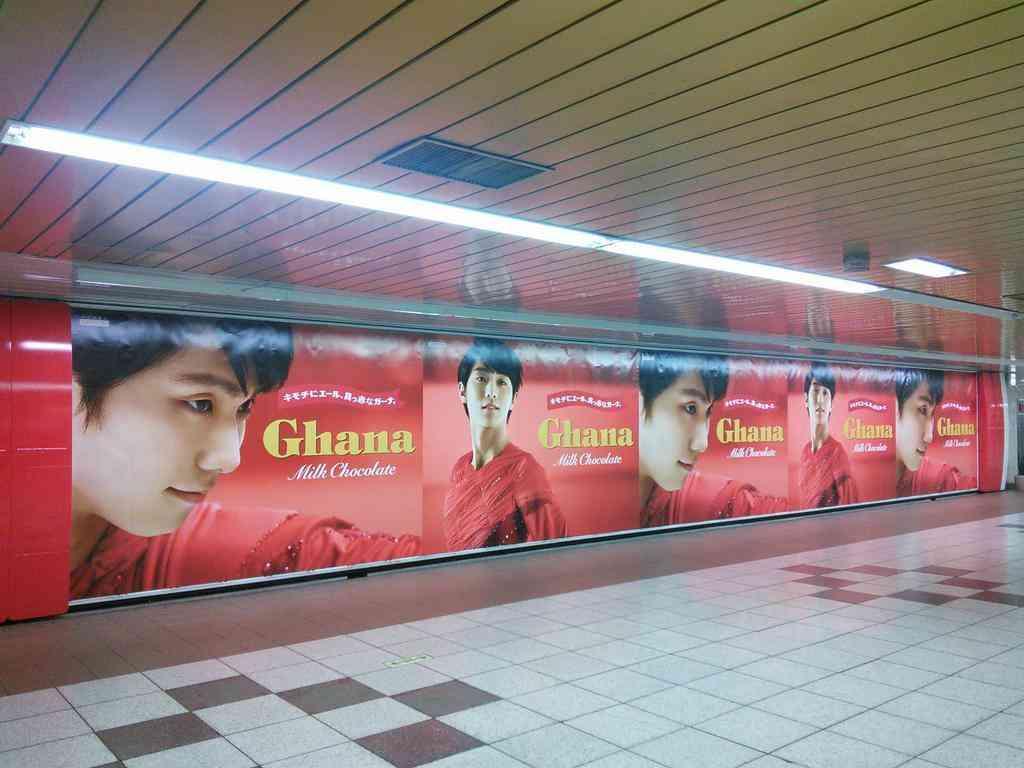 羽生結弦の巨大ガーナ広告ポスターが新宿に登場!