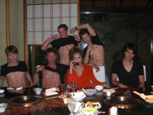 「叶姉妹」叶恭子、男とベッドイン写真…叶美香が公開