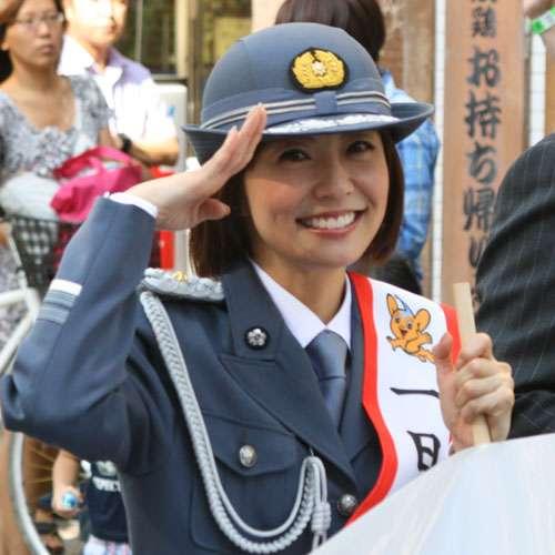 小林麻耶、制服姿で一日署長 結婚道のりも「安全運転で」
