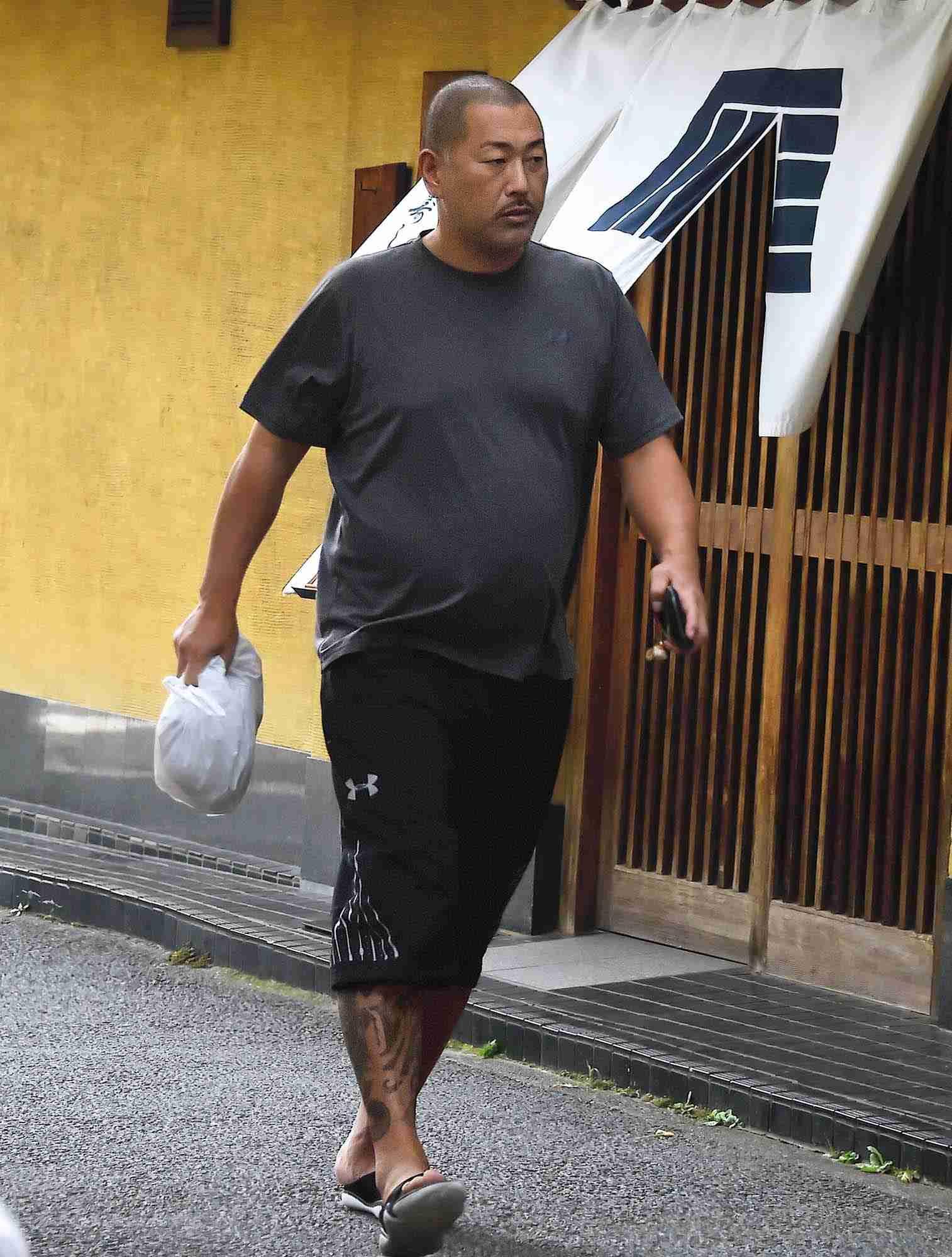 清原和博氏「自由に子供に会えへんのが一番ツライ」脚の刺青もあらわに自宅近くのコンビニに…