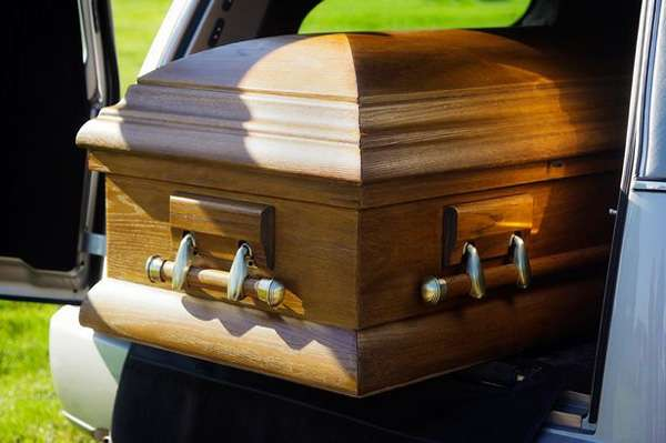 【ギリシャ】棺桶の中から「助けて!」と叫んでも気づかれずに窒息死